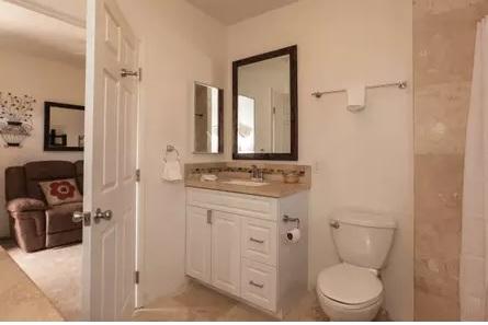 Romantic Farmstay with Hottub Lime Bathroom.